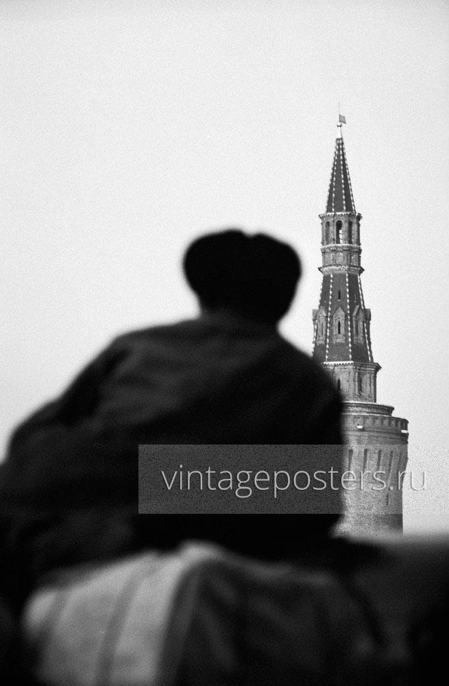 Москвич смотрит на Беклемишевскую (Москворецкую) башню Кремля. Москва. 1956г.