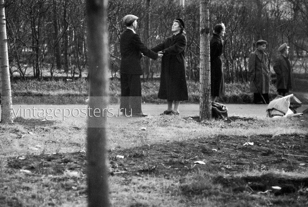 Мужчина и женщина держатся за руки. ЦПКиО имени Горького. Москва. 1956г.
