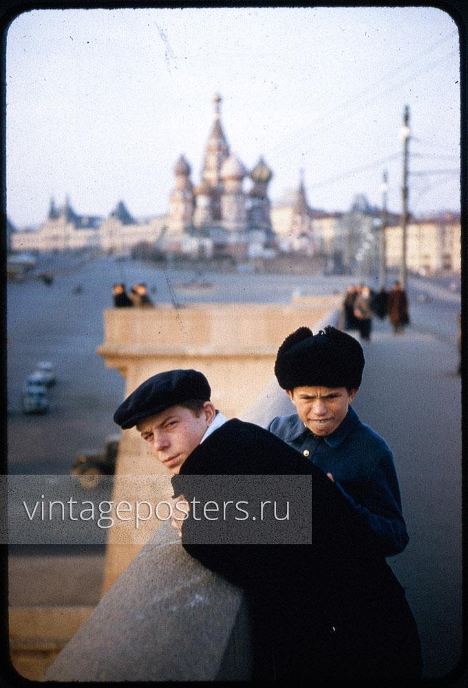 Юные москвичи позируют на Большом Москворецком мосту. Москва. 1956г.