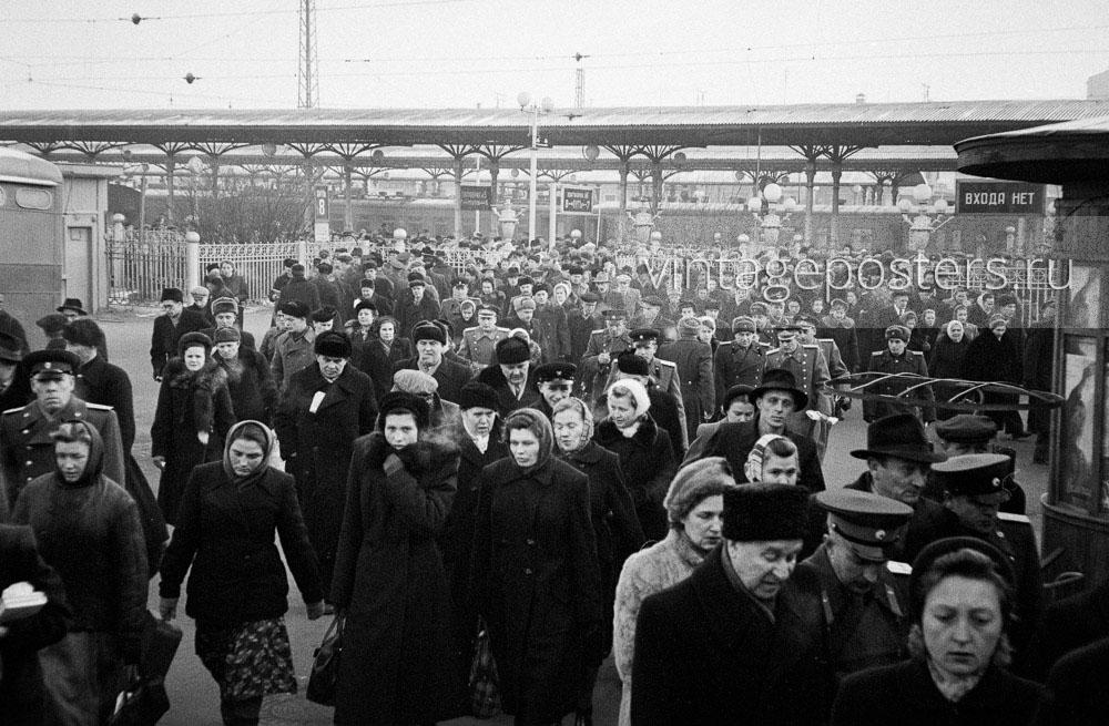 Пассажиры прибывшего пригородного поезда покидают Ярославский вокзал. Москва. 1956г. Фото №111