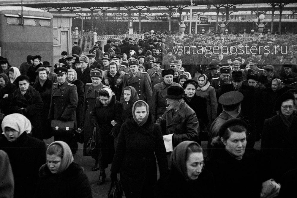 Пассажиры прибывшего пригородного поезда покидают Ярославский вокзал. Москва. 1956г. Фото №112