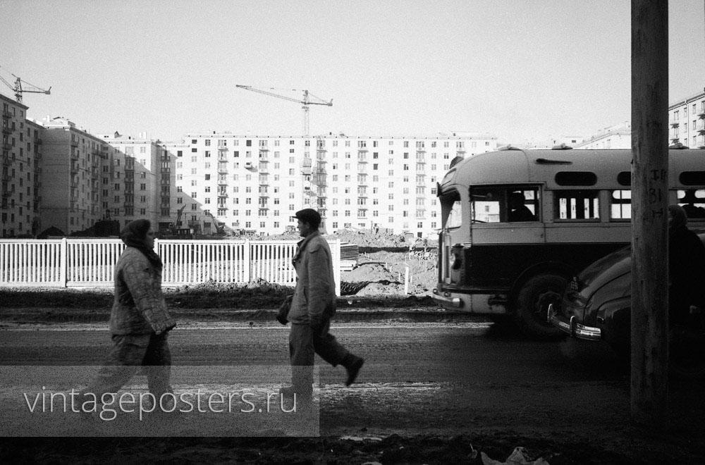 Строители Москвы на фоне новых домов на проспекте Ломоносова. Москва. 1956г. Фото №51