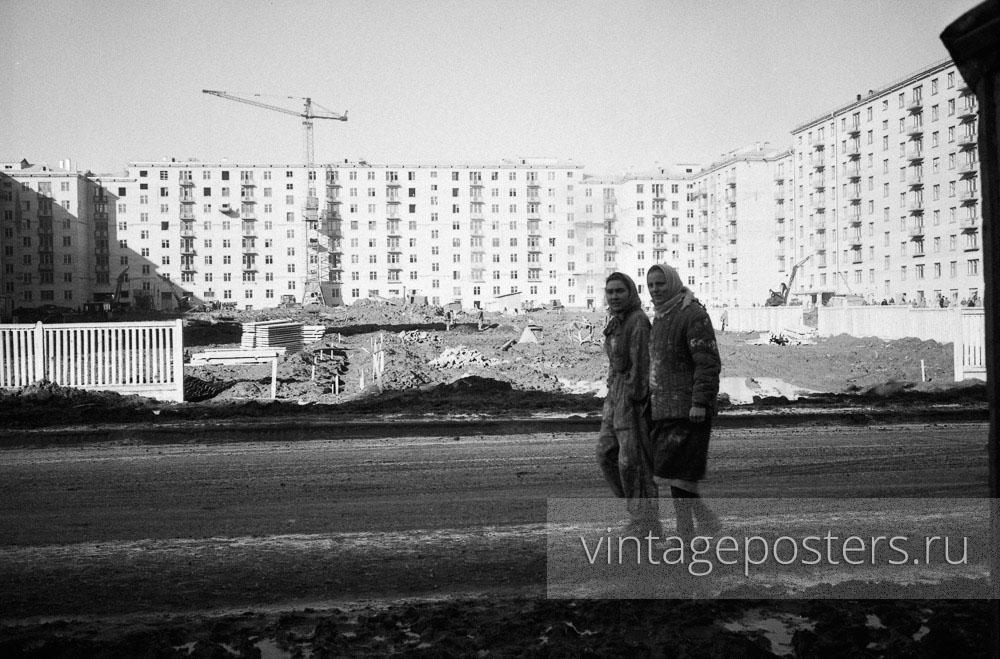 Строители Москвы на фоне новых домов на проспекте Ломоносова. Москва. 1956г. Фото №52