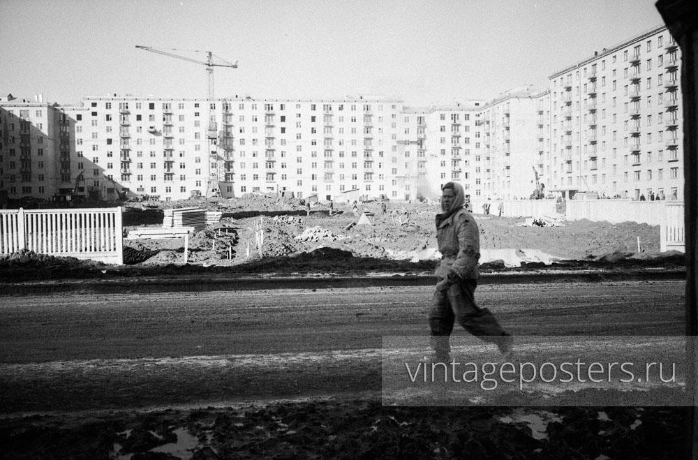 Строители Москвы на фоне новых домов на проспекте Ломоносова. Москва. 1956г. Фото №53