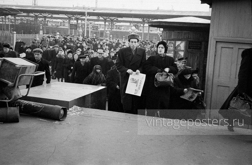 Пассажиры прибывшего пригородного поезда покидают Ярославский вокзал. Москва. 1956г. Фото №61