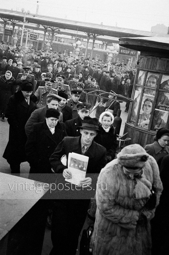 Пассажиры прибывшего пригородного поезда покидают Ярославский вокзал. Москва. 1956г. Фото №62
