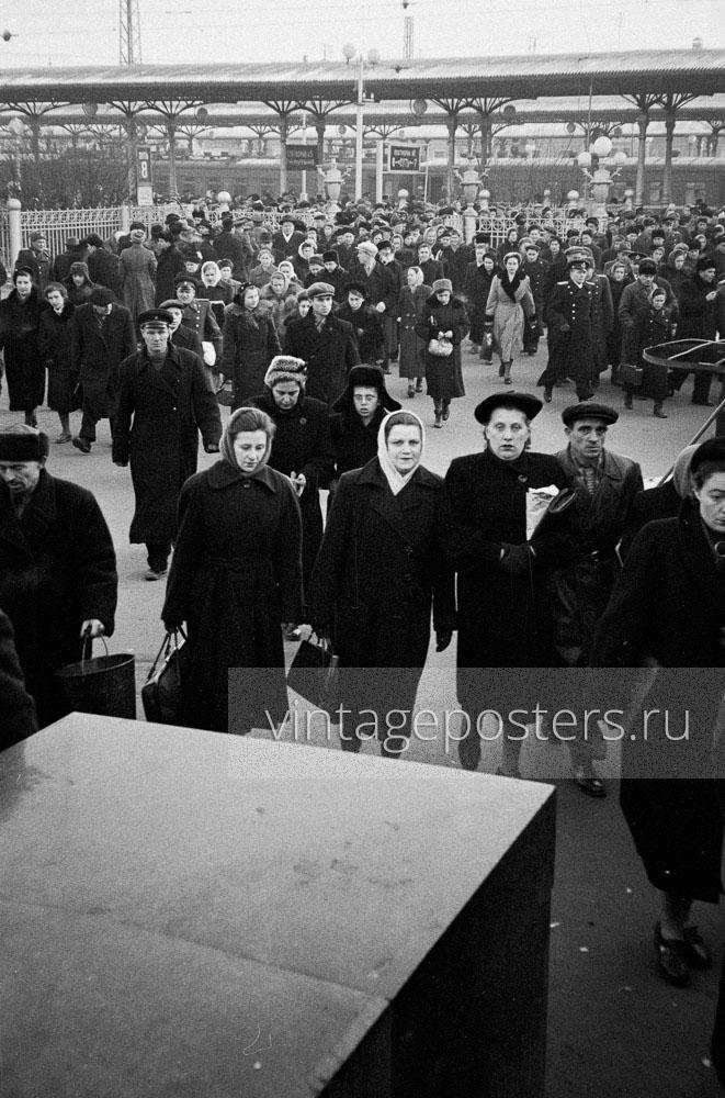Пассажиры прибывшего пригородного поезда покидают Ярославский вокзал. Москва. 1956г. Фото №63