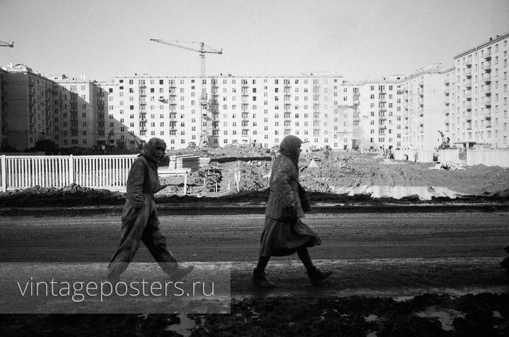 Строители Москвы на фоне новых домов на проспекте Ломоносова. Москва. 1956г. Фото №64