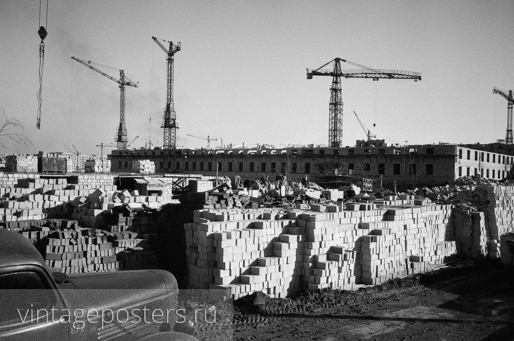 Кирпичи в штабелях подготовленные для строительства новых домов Москвы. 1956г.