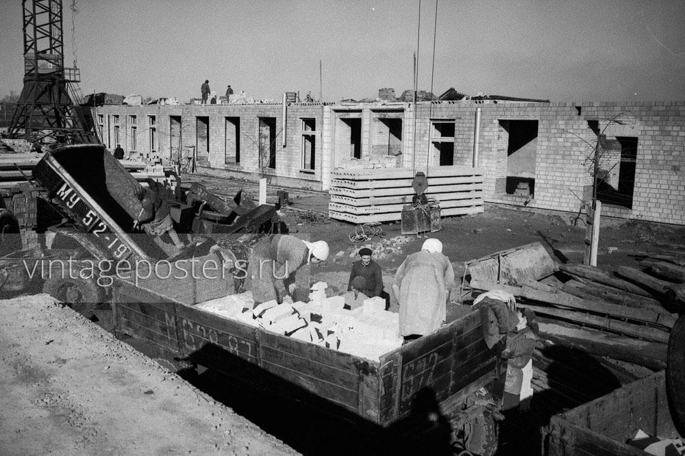 Женщины разгружают кирпичи и песок для строительства новых домов Москвы. 1956г.