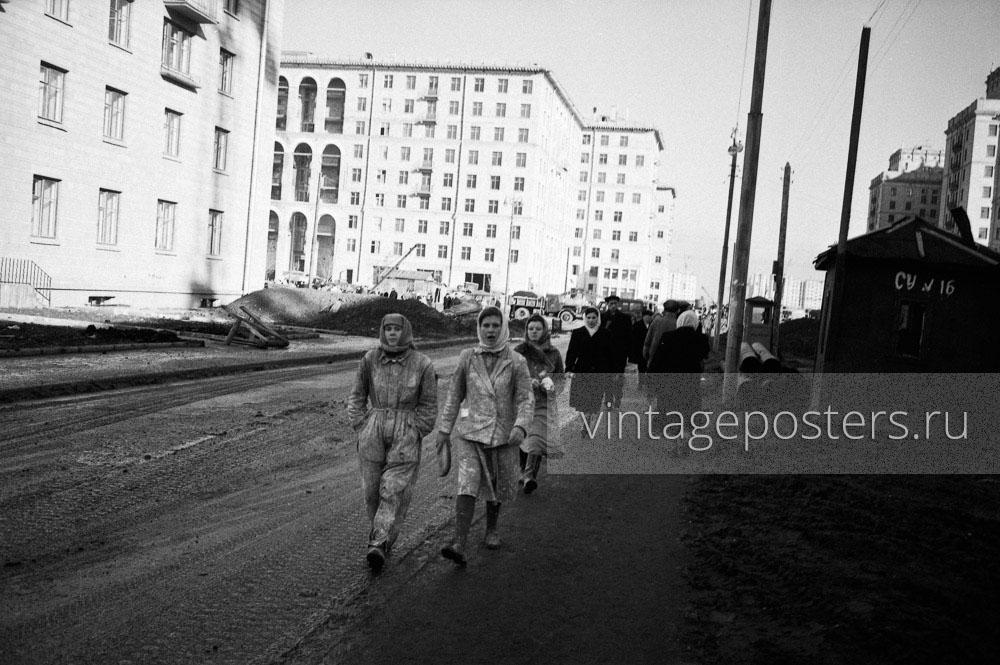 Маляры идут с обеда по строящемуся Ломоносовскому проспекту. Москва. 1956г.