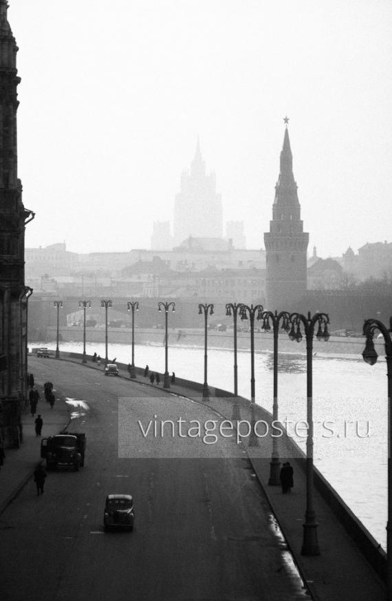 Вид на Софийскую набережную, Водовзводную башню и МИД с Большого Москворецкого моства. Москва. 1956г.