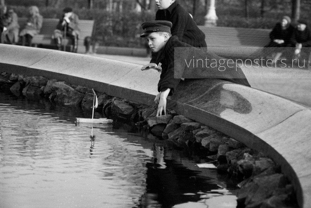 Дети запускают кораблик в фонтане у Большого Театра. Москва. 1956г. Фото №91