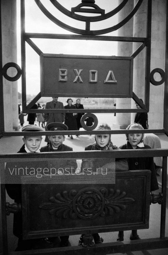 Дети у ворот в ЦПКиО имени Горького. Москва. 1956г. Фото №93
