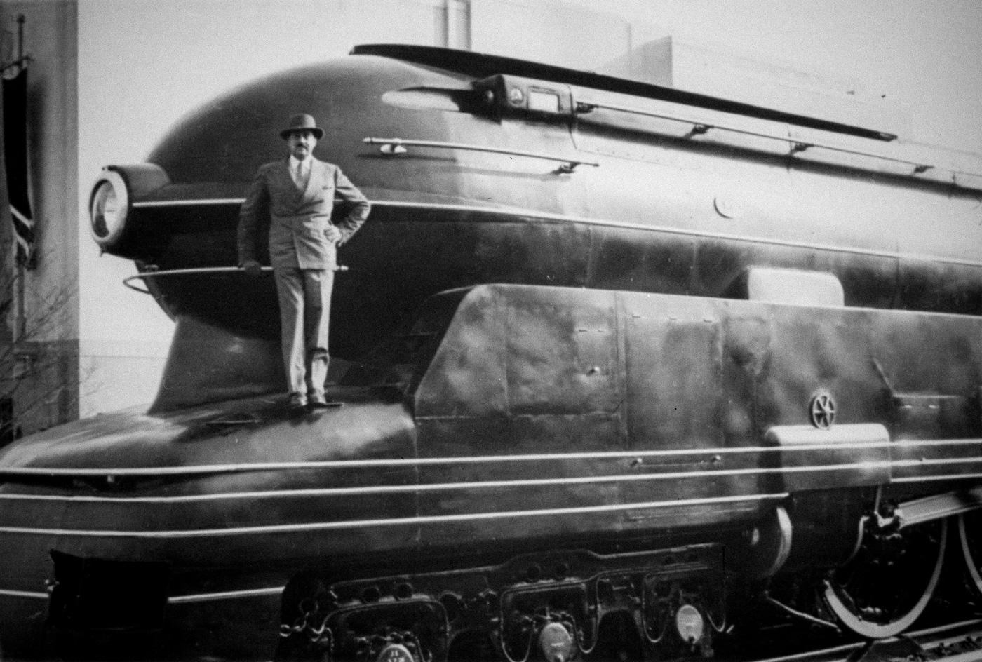 Дизайнер Раймонд Лоуи и его паровоз PRR S1, 1937 год