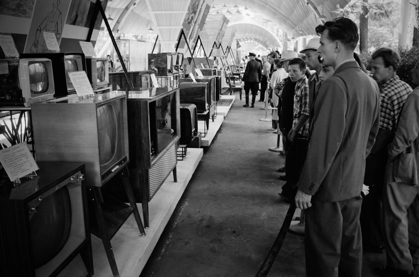 Москвичи рассматривают ассортимент советских телевизоров, 1959 год