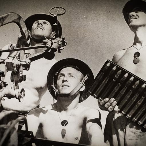 """Австралийские военнослужащие готовятся к защите от воздушного налета сил Оси при помощи захваченной итальянской пушки """"Breda 37/54"""". Тобрук, Ливия, 1941 год"""