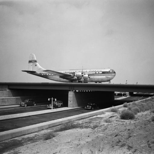 "Самолет ""Boeing 377 Stratocruiser"" в аэропорту Нью-Йорка, 1949 год"