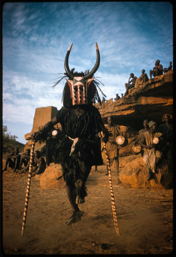 Шаман племени догонов танцует в обрядовом костюме, Республика Судан, 1959 год.