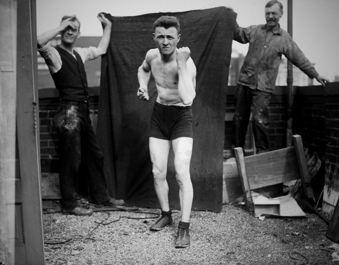 Боксер Джонни Рэй позирует для газеты, США, 1920 год