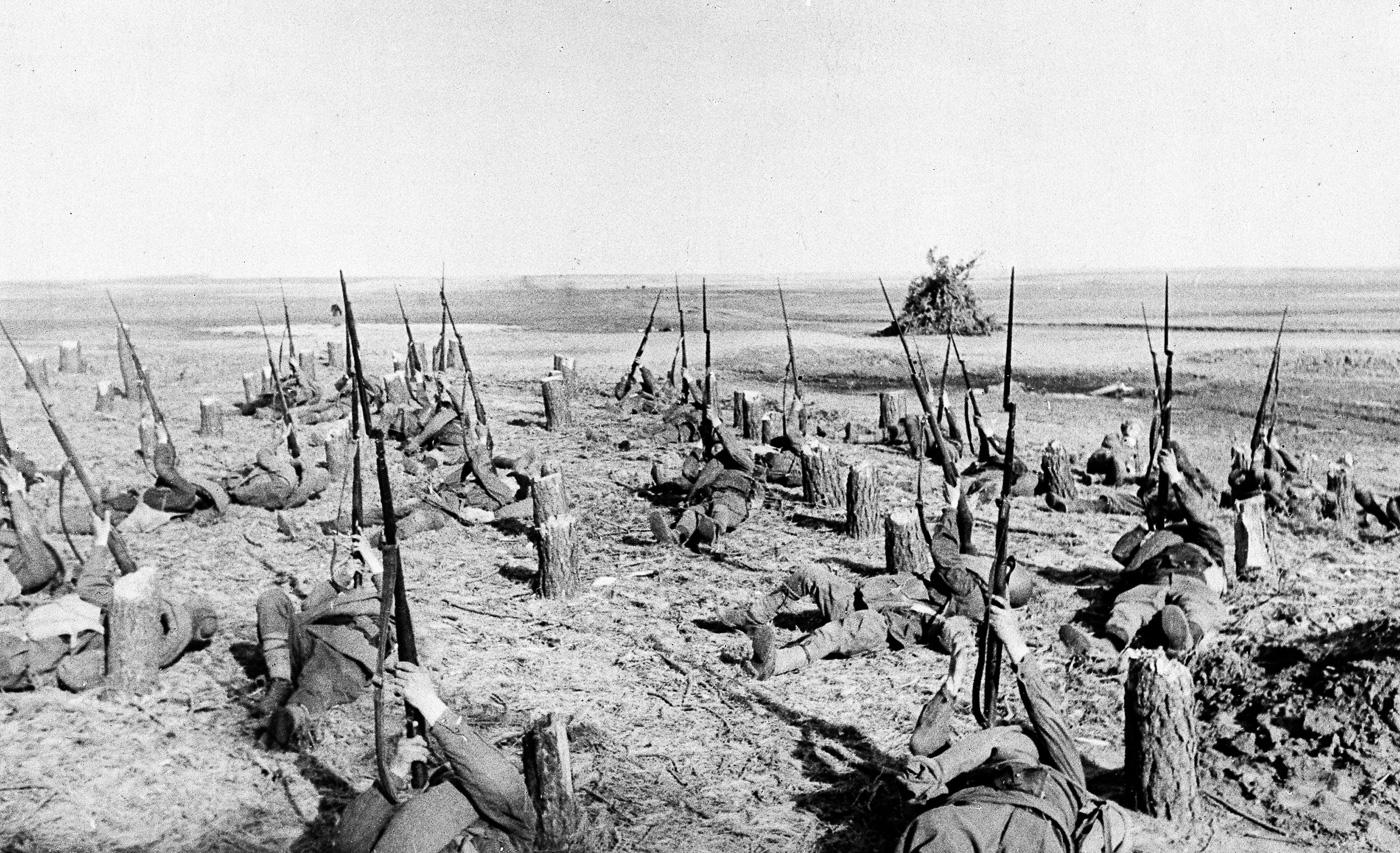 Солдаты стреляют из винтовок Мосина по немецким самолетам, окрестности Харькова, 18 августа 1942 года.