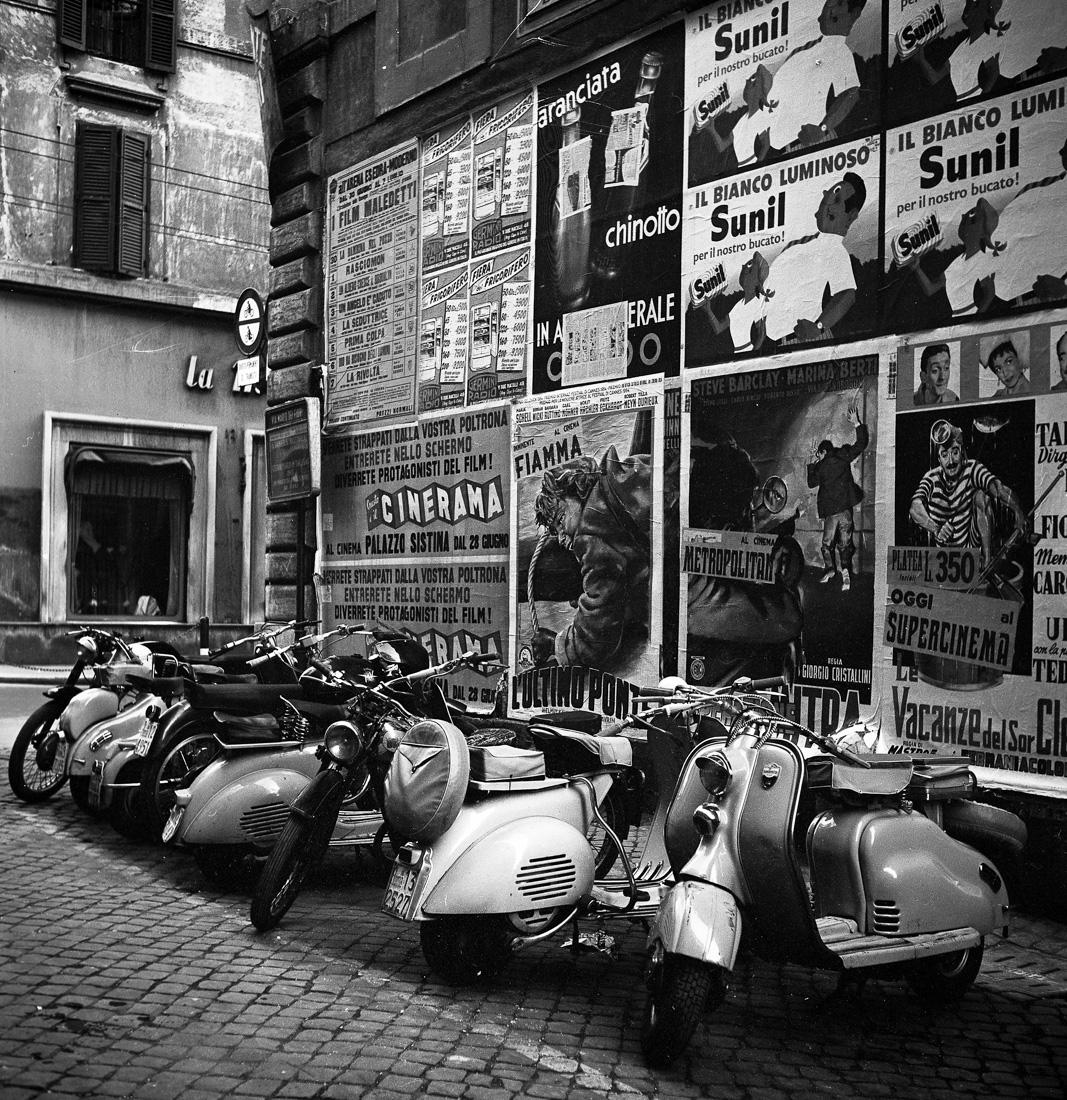 """""""Ламбретты"""" и """"Веспы"""" на римской улице, Италия, 1955 год"""