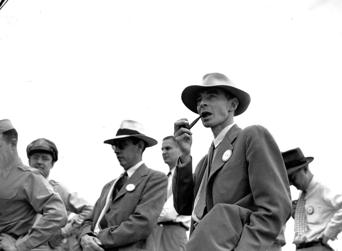 Роберт Оппенгеймер на полигоне Аламогордо, США, 1945 год
