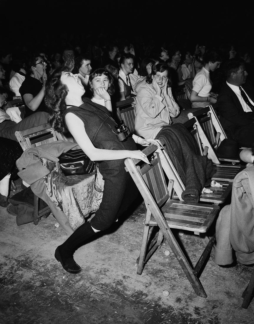 Тинэйджер кричит во весь голос на концерте Элвиса Пресли, 6 апреля 1957 года.