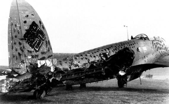 Немецкий бомбардировщик He-111H после ночного вылета