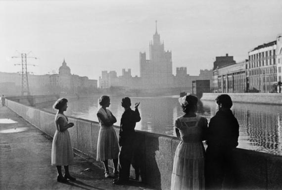 Выпускники встречают рассвет, Москва, 1958 год